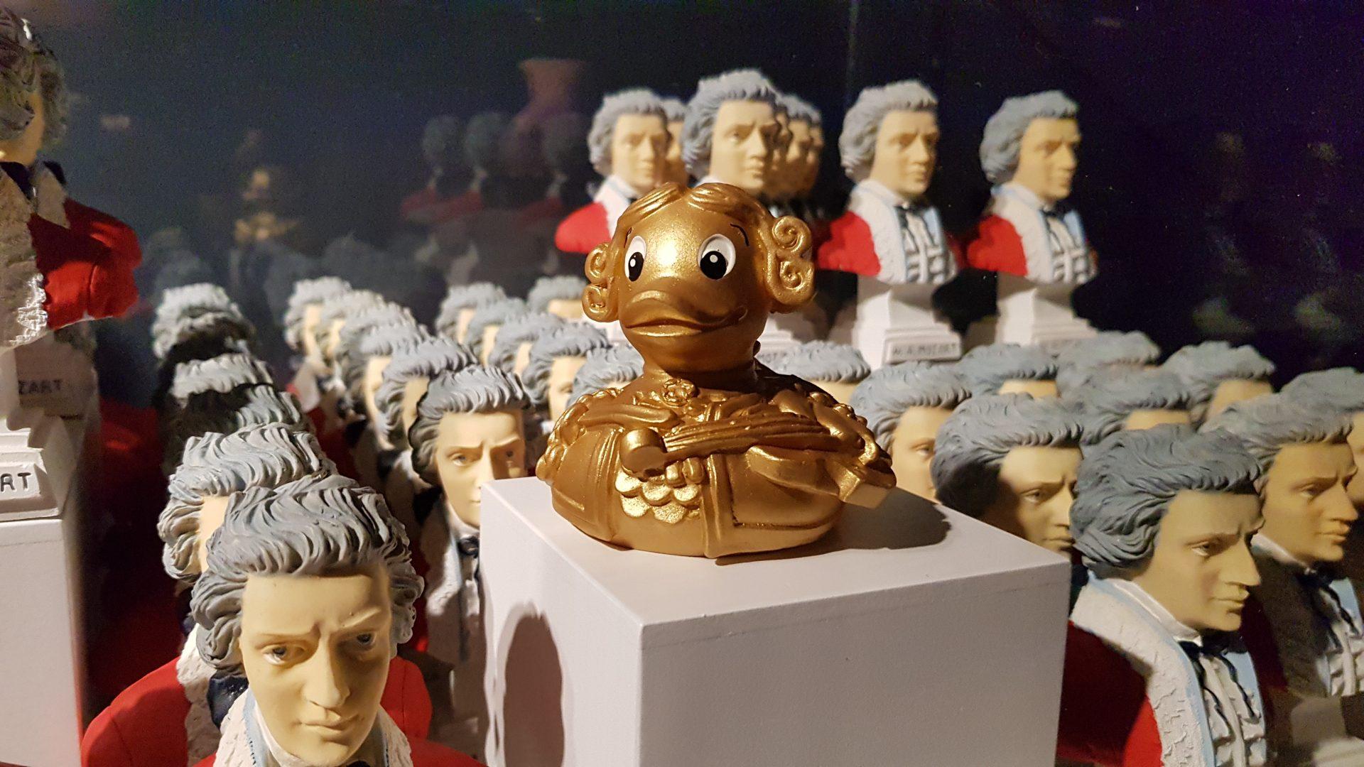 Eine Mozart-Badeente und Mozart-Gipsbüsten